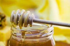 Miel en un tarro de cristal Foto de archivo libre de regalías