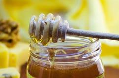 Miel en un tarro de cristal Imágenes de archivo libres de regalías