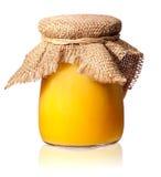 Miel en un tarro de cristal cubierto con arpillera Imagenes de archivo