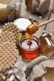 Miel en un tarro en un estilo rústico rural de la tabla de madera vieja del vintage Fotografía de archivo