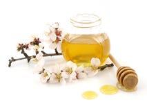 Miel en un tarro, flores y cazo de la miel Fotos de archivo