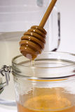 Miel en verre avec des bâtons Photos libres de droits