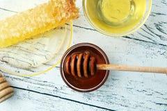 Miel en vidrio con el cazo de la miel, panal, Honey Bee Foto de archivo