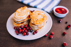 Miel et baies de Pancakeswith Photos stock