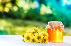 Miel et fleurs organiques naturels Cadeau du ` s de grand-maman Miel sauvage contre les jeunes jaunes blancs de source de fleur d Images libres de droits