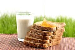 Miel et lait avec du pain Photo stock
