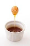Miel fonctionnant dans une cuvette image stock