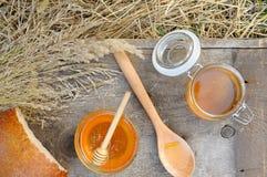 Miel fragante, fresca, de oro con pan de centeno Imagen de archivo
