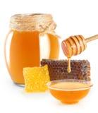 Miel frais avec le nid d'abeilles d'isolement sur le fond blanc Images stock