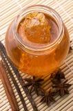 Miel frais avec le nid d'abeilles et les épices Photographie stock libre de droits