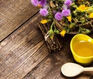 Miel frais et cru et fleurs sauvages Photos stock