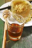 Miel fresca con el panal Foto de archivo libre de regalías