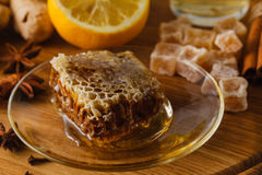 Miel fresca con el panal en una placa en la tabla de madera Fotos de archivo