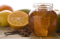 Miel fresca con el panal, las especias y las frutas Fotografía de archivo libre de regalías