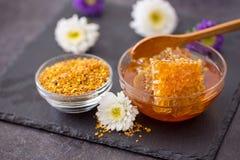 Miel fresca con el panal y las especias en la tabla Imagen de archivo