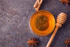 Miel fresca con el panal y las especias - visión superior Fotografía de archivo
