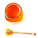 Miel fresca con un cazo de la miel aislado en el fondo blanco, Imagenes de archivo