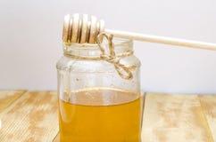 Miel fresca con un palillo Foto de archivo