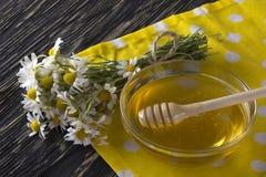Miel fresca de la primavera con las flores de la manzanilla Foto de archivo