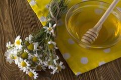 Miel fresca de la primavera con las flores de la manzanilla Fotografía de archivo