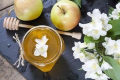Miel fresca deliciosa de la primavera en el tarro de cristal Fotografía de archivo