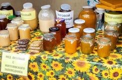 Miel fresca dulce lista para la venta en la marca tradicional de los granjeros Imagen de archivo