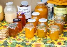 Miel fresca dulce lista para la venta en la marca tradicional de los granjeros Imagen de archivo libre de regalías