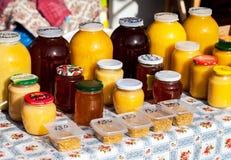 Miel fresca dulce lista para la venta en la marca tradicional de los granjeros Foto de archivo