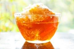 Miel fresca en peine en bol de vidrio Fotos de archivo libres de regalías