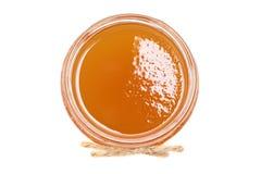 Miel fresca en un bol de vidrio aislado en el fondo blanco Imagen de archivo libre de regalías