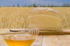 Miel fresca en una tabla Fotografía de archivo