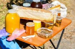 Miel fresca lista para la venta en la marca tradicional de los granjeros Fotografía de archivo libre de regalías