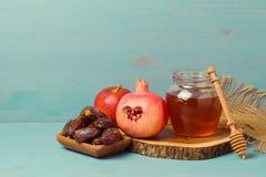 Miel, granada, manzana y fechas en el tablero de madera Hashana judío de Rosh del Año Nuevo Imágenes de archivo libres de regalías