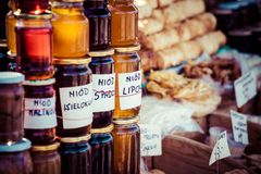 Miel hecha en casa en el mercado callejero en las montañas de Zakopane, Polonia. Fotografía de archivo