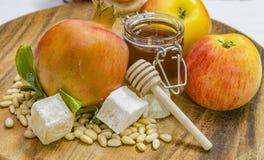 Miel, manzanas y granadas en la cubierta de madera para la celebración de Rosh Hashana Foto de archivo