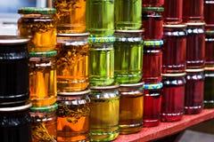 Miel multicolore dans un pot sur le compteur Photographie stock libre de droits