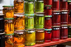 Miel multicolore dans un pot sur le compteur Image libre de droits