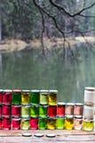 Miel multicolore dans un pot sur le compteur Photos libres de droits