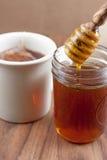 Miel natural cruda con el cazo de madera Fotos de archivo