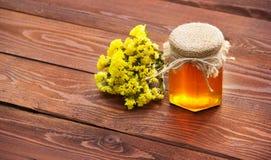 Miel natural de la flor y flores salvajes Copie el espacio Fotos de archivo libres de regalías