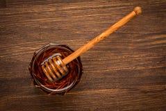 Miel natural fresca en un tarro con la cuchara de la miel en a Fotografía de archivo libre de regalías