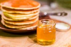 Miel naturel en verre Photo stock