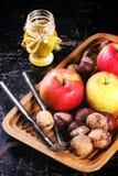 Miel, nueces y manzanas Foto de archivo libre de regalías