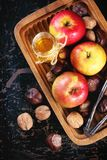 Miel, nueces y manzanas Imagenes de archivo