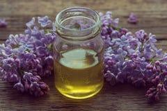 Miel orgánica en el tarro de cristal rodeado por el flor l púrpura de la primavera Fotos de archivo libres de regalías