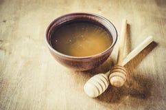 Miel orgánica en la tabla de madera Imagen de archivo libre de regalías
