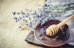 Miel orgánica en la tabla de madera Fotografía de archivo