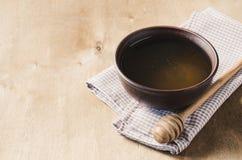 Miel orgánica en la tabla de madera Foto de archivo