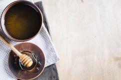 Miel orgánica en la tabla de madera Fotografía de archivo libre de regalías