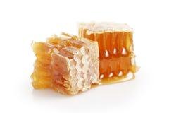 Miel orgánica en los panales aislados en blanco Imagen de archivo libre de regalías